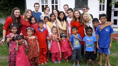 Volontari durante un campo umanitario in Nepal
