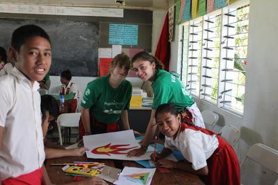 Due volontarie nelle Isole Samoa impegnate in attività con i bambini