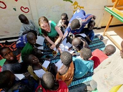 Una volontaria in campo umanitario con alcuni bambini in Senegal