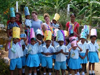 Sri Lanka, alcuni volontari del campo umanitario assieme ai bambini locali