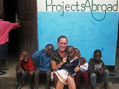 Tanzania, una volontaria abbraccia i bambini locali