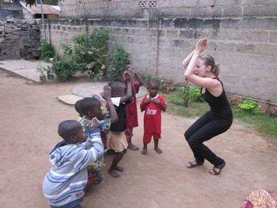 Una volontaria intrattiene i bambini locali in Togo