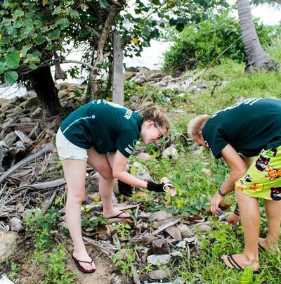 Due volontari di ProjectsAbroad in Cambogia durante le attività di pulizia della spiaggia