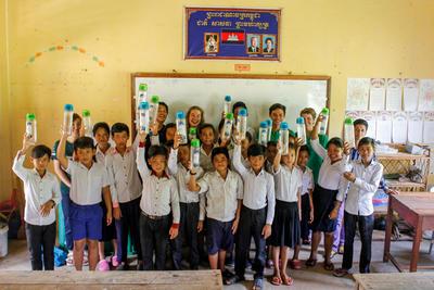 I bambini di una scuola locale mostrano le bottiglie riutilizzabili distribuite dai volontari di ProjectsAbroad