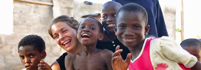 Volontaria con bambini, Ghana