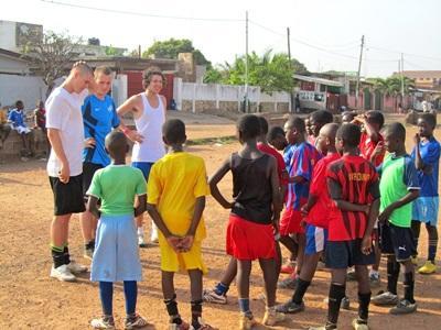 I volontari del campo di volontariato sportivo in Ghana allenano i bambini del luogo