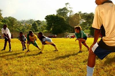 Giamaica, i volontari dei Campi di Volontariato Sportivo giocano con i bambini