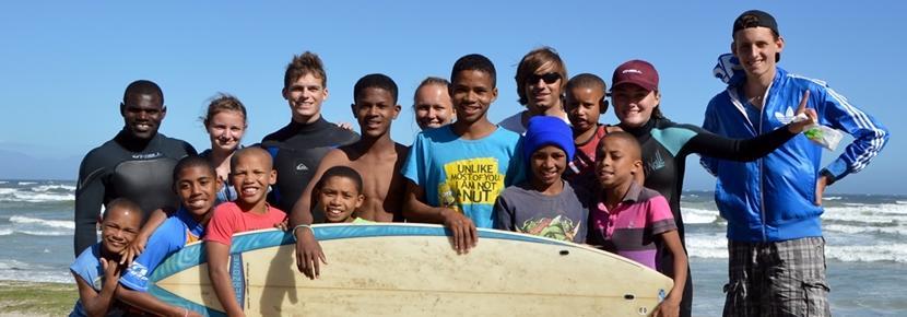 Volontari con i bambini del progetto di sport in Sudafrica