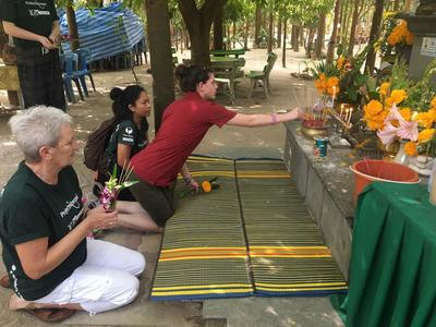 Un volontario Senior in Thailandia durante una visita al tempio