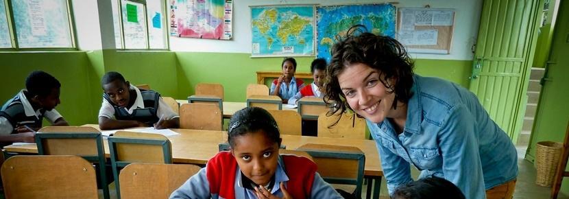 Una volonatria impegnata in un progetto di insegnamento