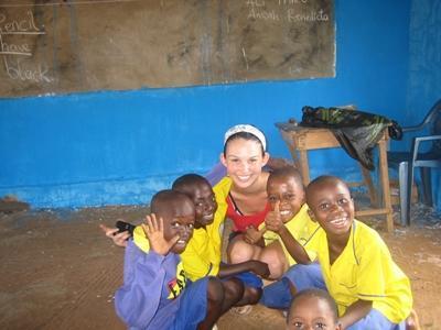 Una volontaria intrattiene un gruppo di bambini per il progetto di missioni umanitarie