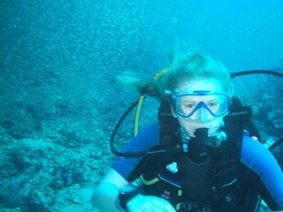 Una volontaria del progetto di tutela dell'ambiente durante un'immersione