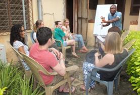 I volontari durante una lezione di Ewe, una delle lingue locali in Togo