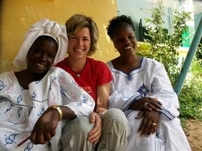Una volontaria con due donne senegalesi