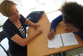 una studentessa durante una lezione di francese in Marocco