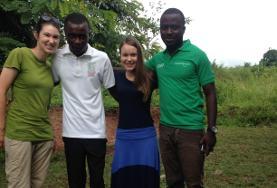 Due volontarie in compagnia dello staff locale in Ghana
