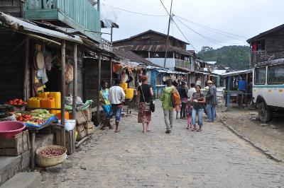 I volontari al mercato locale in Madagascar