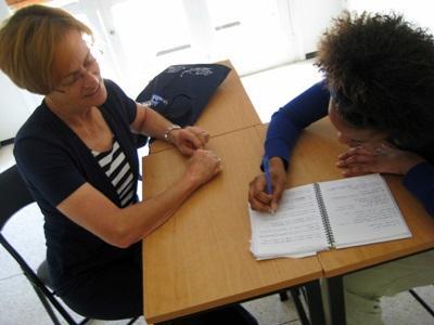 Una volontaria segue un corso di francese in Marocco