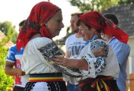 Due donne ballano una danza tradizionale rumena