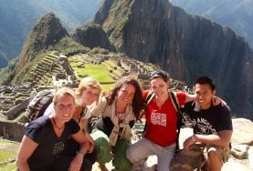 Una volontaria di Projects Abroad con la sua famiglia ospitante in Perù