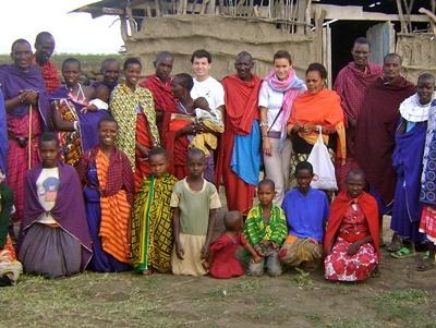 Volontari posano con gli abitanti di un villaggio Masai
