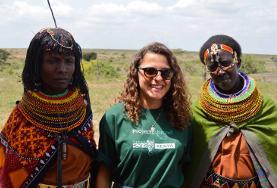 Una volontaria in posa con una coppia di Masai in Kenya