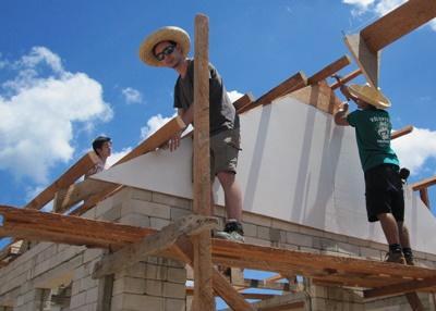 I volontari lavorano al progetto di costruzione nelle Filippine, Asia