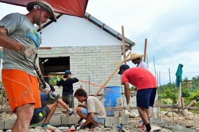 Un gruppo di  volontari del progetto di costruzione al lavoro nelle Fillippine, Asia