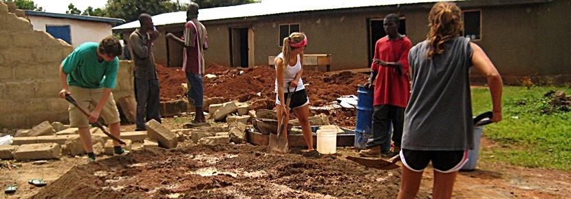 Volontari al lavoro in un campo di costruzioni