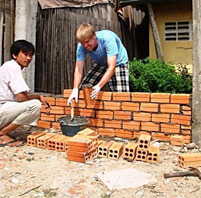 Due volontari costruiscono un muro