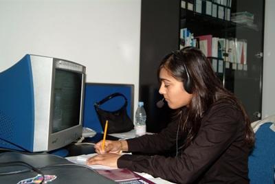 Una volontaria conduce ricerche per il progetto di economia in Cina