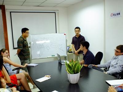 Volontari del progetto di economia in riunione in Cina