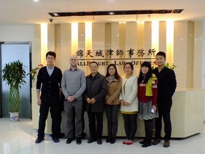 Un volontario assieme allo staff del progetto di economia in Cina