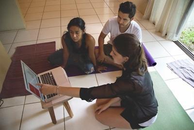 Volontaria fa formazione ai beneficiari del progetto di microcredito in Costa Rica