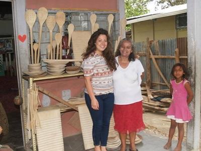 Una volontaria del progetto di microcredito con un'artigiana ad Heredia