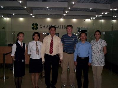I volontari del progetto di economia posano assieme allo staff in Mongolia