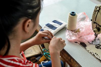 Un'artigiana locale di Hoa Bin crea nuovi prodotti da mettere sul mercato