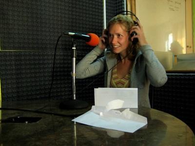 Una volontaria parla al microfono per il progetti di giornalismo in Argentina