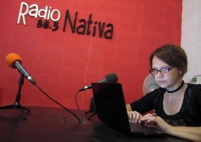 Una volontaria conduce ricerche per un'intervista radiofonica a Cordoba