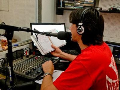 Un volontario durante la conduzione di uno show radiofonico in Argentina
