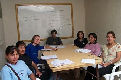 I volontari del progetto di giornalismo durante una riunione in Bolivia