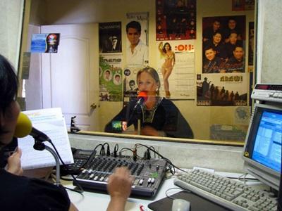 Una volontaria ai microfoni di una radio locale per il progetto di giornalismo in Bolivia