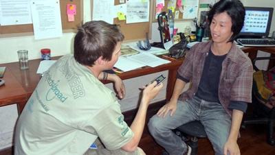 Un volontario del progetto di giornalismo conduce un'intervista a Cochabamba