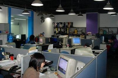 La redazione del giornale a cui collaborano i volontari del progetto di giornalismo in Cina