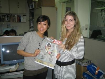 Alcune volontarie posano con una copia del giornale a cui hanno contribuito in Cina