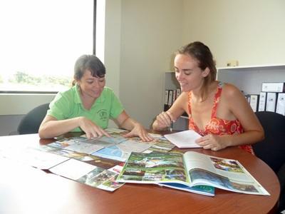Volontarie del progetto di giornalismo preparano materiale per un'intervista in Costa Rica