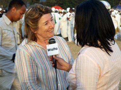 Una volontaria del progetto di giornalismo conduce un'intervista in Etiopia