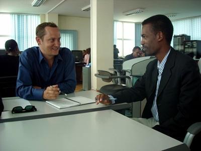 Un volontario del progetto di giornalismo durante un'intervista in Etiopia