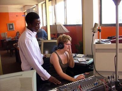 Una volontaria del progetto di giornalismo in Ghana presso una stazione radiofonica