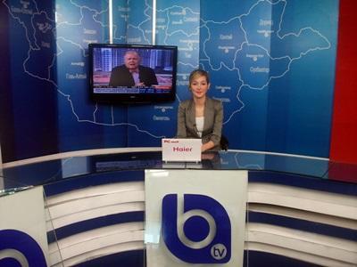 Una volontaria durante la conduzione di un notiziario in Mongolia